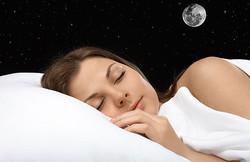 生理前の不眠は満月のせいかも。月の満ち欠けや引力は睡眠に影響する