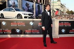 トム・クルーズの後ろにBMWの新型車を展示/[c]2015 Paramount Pictures. All Rights Reserved.