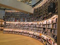 海老名・ツタヤ図書館の内観。館内にはスタバも併設し、オシャレな空間が広がるが…