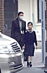 初等科3年時、雅子さまに付き添われ下校される愛子さま('10年12月)