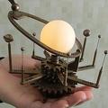 100均のアレを改造して作った「手のひらサイズの太陽系儀」がめっちゃステキ!制作者に話を聞いてみた