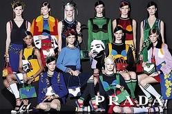 プラダ 2014年春夏ウィメンズ広告は18名モデルによる「チーム写真」