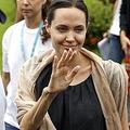 現地時間7月30日にミャンマーで撮影されたアンジェリーナ・ジョリー  - 写真:ロイター/アフロ