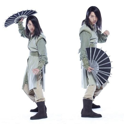 初公開\u201dCNBLUE イ・ジョンシン「剣と花」で長髪の武士に変身