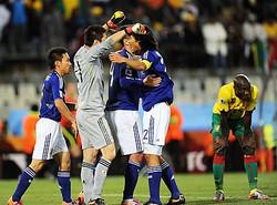 ワールドカップ南アフリカ大会で韓国チームは12日夜、2対0でヨーロッパ予選のチャンピンであるギリシャに勝った。それに続き、14日夜、日本チームはグループリーグE組初戦で1対0でカメルーンを下した。