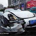 27歳中国人女性、ポルシェ購入から1分もなく事故(画像はmirror.co.ukのスクリーンショット)