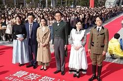 「貴族探偵」の記者会見に出席した(左から)井川遥、生瀬勝久、武井咲、松重豊、中山美穂、滝藤賢一