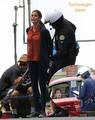 白バイ警官に「逮捕」される女優テリー・ハッチャー