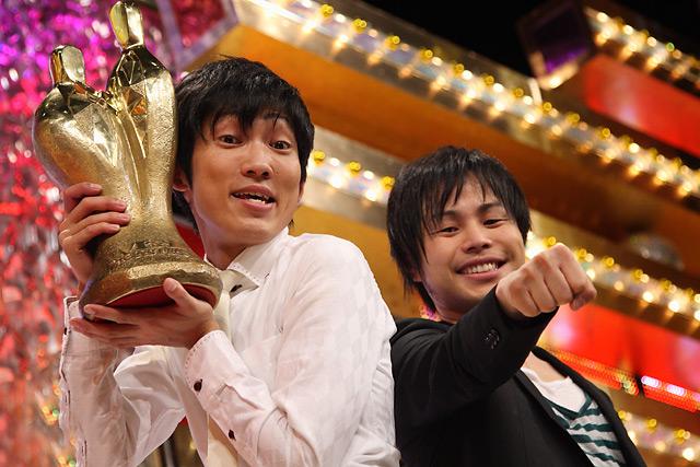 出場した4489組の頂点に立ったNON STYLEのコンビ(写真左:石田明と井上裕介)<br>(撮影:野原誠治)