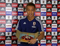 29歳の誕生日を迎えた本田、ケーキを贈られ照れ笑い「嬉しいです」