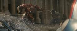 街中で激突したアイアンマンとハルク  - (C)Marvel 2015