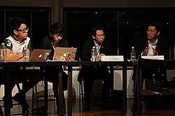 学生からの質問に答える参加者たち。右から2番目が自民・鈴木衆院議員、右端が民主・細野幹事長(7月3日、都内で)