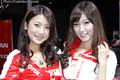 レースクイーンの高橋美咲(左)と美波千夏(右)