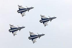 中国の軍事情報サイト「軍事区」は27日、「1200機の『J−10』が中国空軍に配備。日本の戦闘機をたやすくロックオン」と題する文章を掲載した。)(イメージ写真提供:(C)Igor Dolgov/123RF.COM。J−10による曲技飛行)