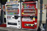 温かい「らーめん缶」を販売している自動販売機