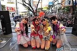 ももいろクローバーZ、大阪・アメリカ村でゲリラライブ開催! 3,000人が熱狂
