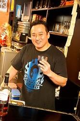 新宿2丁目スナック「チョコボールファミリー」のカウンターに立つ向井氏。AV男優を引退した理由、現在の仕事のやりがいを語る