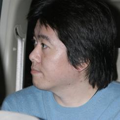 27日夜、出迎えのワゴン車で東京拘置所を出る堀江ライブドア前社長。(撮影:吉川忠行)