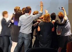 羨ましい! - Q&A中の壇上で、男性ファンの肩に手を回して撮影に応じるアンドリュー・スコット