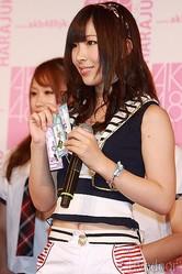 メ商品として、「くるくるストラップ」を手にするAKB48の岩佐美咲