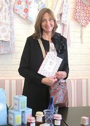 世界初の「Cath′s Cafe」にデザイナー キャス・キッドソンが来店