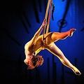 画像はイメージ(シルク・ドゥ・ソレイユ「バレカイ」公演でのエアリアルフープ)  - Didier Messens / WireImage / Getty Images