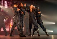 6人のダンサーを従え、19曲を熱唱したAI
