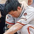 頭部に死球を受けて途中交代となったジャイアンツの青木宣親 [Getty Images]