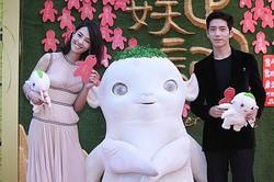 『MONSTER HUNT 〜捉妖記〜』北京プレミア時の写真 - バイ・バイハーとフーバの着ぐるみとジン・ボーラン  - ChinaFotoPress / ChinaFotoPress via Getty Images