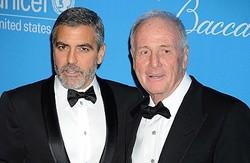 ジェリー・ワイントローブさん(右)と親友の死を悼んだジョージ・クルーニー  - Jeffrey Mayer / WireImage / Getty Images