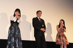 10月11日から公開の映画「宇宙戦艦ヤマト2199 追憶の航海」。大ヒット御礼舞台挨拶が10月18日に丸の内ピカデリーで行われた。写真は「おいおい!」のシーン。井上喜久子(左)の服装は地球をイメージした青。水樹奈々(右)は「お姉ちゃんが青を着てくると思って、赤い服を着てきました!」。