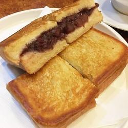 ミミまでバターが染みこむ〜! あんこを挟んだホットサンド「アンプレス」が絶品のレトロ喫茶店【実食】