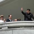 北朝鮮の金正恩(キム・ジョンウン)第一書記は15日、祖父の金日成(キム・イルソン)主席の生誕100周年を祝う軍事パレードに先立ち、演説を行った。金第一書記の演説が公開されたのは初めて。すべてにおいて軍事を最優先する「先軍政治」を最後まで貫くと表明した。