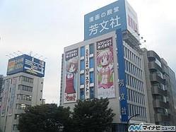 『ひだまりスケッチ』と『劇場版まどか☆マギカ』が芳文社の壁面で初コラボ