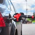 減少し続けているガソリンスタンド 平成6年のピークから約半分に