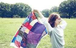 アートとファッションを結ぶスカーフ 20組のクリエイターがデザイン