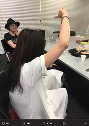山下穂尊と吉岡聖恵(画像は『水野良樹 2017年6月23日付Twitter「ゆりやんレトリィバァさんの「調子にのちゃって!」というフレーズがお気に入りで、全力で実演している吉岡さん。」』のスクリーンショット)