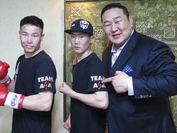 今やモンゴル経済躍進を支える大実業家になっていた朝青龍(右)。自身がプロデュースした格闘技イベントに出場したモンゴル人選手たちと