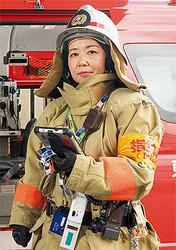 東京消防庁 世田谷消防署 防災安全課 消防司令補 中村さやかさん●1969年生まれ。93年、東京消防庁入庁。蒲田消防署に配属。95年12月、全国初の女性ポンプ車機関員となる。目黒署、町田署、狛江署、消防学校(教官)を経て、2011年より現職。