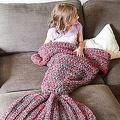 「人魚になれる毛布」が米国で大反響 大きな尾びれで下半身をすっぽり覆う