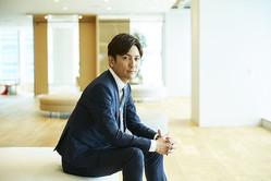 設立からおよそ5年で、売上が200億円を超えるベンチャー企業。その先頭に立つのが、元Jリーガーの嵜本社長だ。(C)SOU