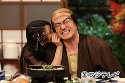 AKB48の倉持明日香、耳フェチを告白し加藤浩次の耳を舐める-『めちゃイケ』