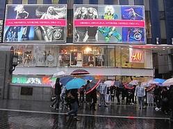 遂にVERSACE for H&M発売、大阪は道頓堀川沿いに400名が列