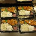 """ドンキの""""200円弁当""""こと、鮭のっけのり弁当と唐揚げ弁当。安いわりに手作り&できたてで提供されるコスパの高さが大人気"""