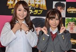 チケットのお色気販売を行った新たにキャストに加わったセクシー女優の小島みなみ(右)と白石茉莉奈