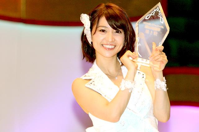 囲み取材でトロフィーを手に笑顔の大島優子