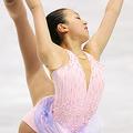 右手で左足のエッジをつかむ浅田真央 (Photo/B.O.S.)  世界フィギュア2007 女子ショートプログラム [07年3月23日、東京体育館]