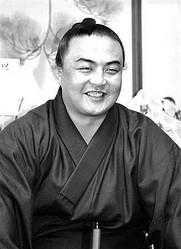 日本相撲協会はこのほど大相撲秋場所の新番付を発表した。野球賭博に関与して名古屋場所を謹慎休場した幕内力士6人全員が十両に陥落。この影響で数人の力士に幕内昇進のチャンスが与えられ、中国出身の蒼国来も入幕した。初の中国人幕内力士となった蒼国来は、「初土俵から7年は長かった。ようやく1つの目標が果たせた」と感慨深げに話した。中国網日本語版(チャイナネット)が報じた。
