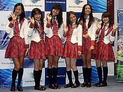 成田空港のイベントに姿を見せたJKT48メンバー。左からレナ・ノザワさん(13)、アヤナ・シャハブさん(14)、シャニア・ジュニアンタさん(13)、メロディー・ヌランダニ・ラクサニさん(19)、クレオパトラさん(18)、ナビラ・ラトナ・アユ・アザリアさん(12)