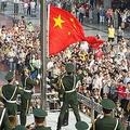 中国各地で1日、共産党設立89年の記念式典が行われた。中国共産党の創成期については不明な点が多いが、1921年7月の設立として、同月1日に各種行事が行われるようになった。写真は重慶市における国旗掲揚式。中国新聞社が配信。同市では重要な記念日・祝日に国旗掲揚式典を行っている。